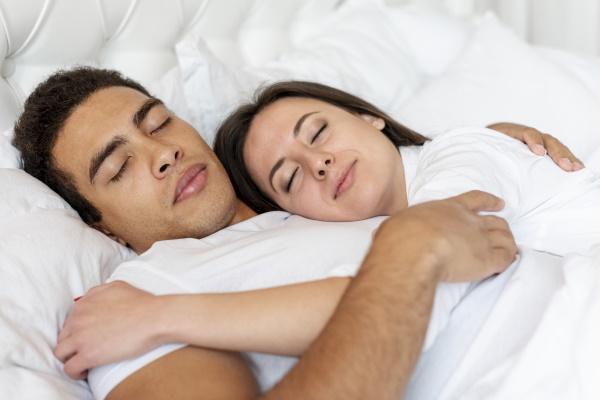 Een koppel dat in elkaars armen ligt te slapen