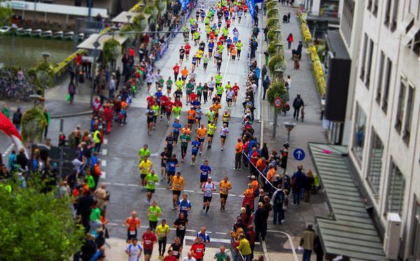Foto van een grote groep marathonlopers